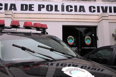 Left or right policia civil